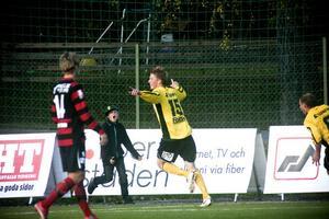 Christofer Ericson jublar efter att ha nickat in 2–2 mot Köping, ett mål som betydde nytt kontrakt för ABK.