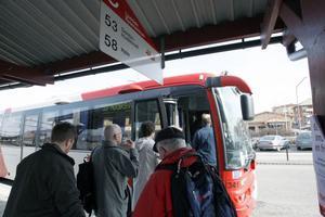 Många kliver på buss 53 mot Hudiksvall.