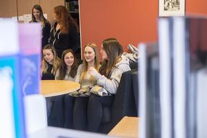 Samlingsplats. Skolbiblioteket på Södra är mer än bara ett bibliotek. Det fungerar också som uppehållsrum och även som studierum.