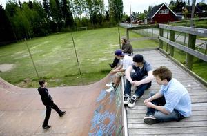 Skaterampen vid fotbollsplanen i Järbo har blivit en samlingspunkt för både skejtare och andra. Här ansluter David Källström till Marcus Birgersson, Tobias Rommedahl, Fredrik Bergqvist och Kristoffer Nyström. Nu hotas rampen av rivning efter att störda grannar klagat.