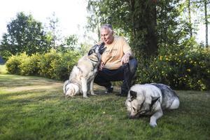 Per Hedberg med sina älskade gråhundar Tuva och Tilla.