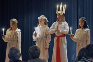 Luciatåget, med lucian Nike Borgs i spetsen, sjöng en rad välkända och klassiska lucia- och julsånger.