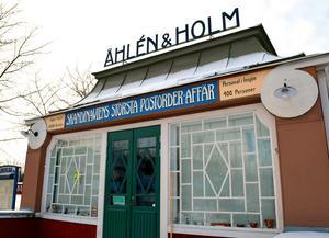 Sommaren 1914 visade Johan Petter Åhlén upp företaget i en paviljong på Baltiska Mässan i Malmö. Då fanns postorderföretaget fortfarande i Insjön och hade en leveransvolym som gjorde Insjön till landets största postkontor efter Stockholm. Paviljongen finns idag, som museum, på Hjultorget i Insjön.