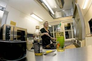 FÅR ERSÄTTNING. Fastighetsägaren Maria Wengrud, här i före detta Ekbackens nyrustade kök, får 1 miljon kronor i ersättning från Sandvikens kommun till sitt företag Gysingebostäder. Detta för skador som uppstod när kommunen var hyresgäst i lokalerna.