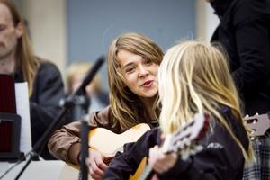 – Det är för ett gott syfte vi spelar, sen är det kul också, säger Moa Hallgren som spelar gitarr tillsammans med Nellie Rosén.