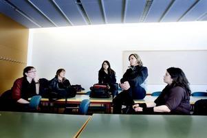 """KÄNNER SIG LURADE. Annelie Kolling, Rebecka Müller, Fatos Cetinkaya, Carola Eurenius och Yamara Toledo är besvikna på Högskolan i Gävle som inte kan hålla sitt löfte. """"När vi började 2006 och fick veta att sociala omsorgsprogrammet skulle läggas ned i Sverige, blev vi alla lovade att vi skulle kunna komplettera utbildningen med en socionomexamen. Nu kommer bara de som vinner lottningen att få den chansen"""", säger Carola Eurenius."""