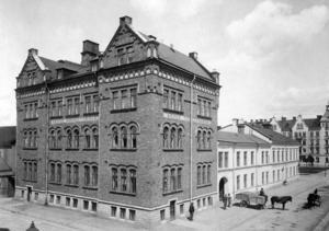 ACKORDSARBETE. För hundra år sedan hade Gävle Orgel- &Pianofabrik 45 anställda. Företaget låg i korsningen Norra Kansligatan/Hantverkargatan och huset finns fortfarande kvar.