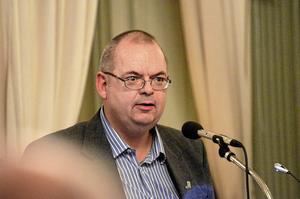 Tom Rymoen (M) vice ordförande i kommunstyrelsen i Nora förklarar varför toaletten placerats mitt på Glasstorget.