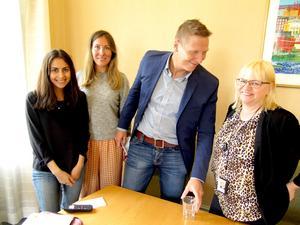Pegah Afsharian och Natassia Fry berättar om Kompis Sverige för Pär Gussman och Helene Åkerlind i Gävle stadshus.