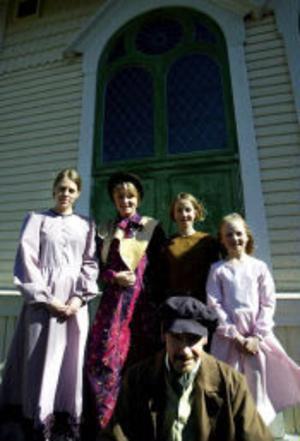 Cosettes mamma Fantine spelas av Lina Rammas. Bredvid henne står Cosette i tre olika åldrar spelade av Johanna Augutis, Lovisa Sundqvist och Victoria Ödlund. Galärslaven Jean Valjean spelas av Mikael Hågestam.