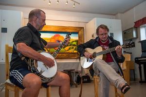 Jan Öhman och Ulf Nygårds spelade bluegrass på kvällen i serveringen.