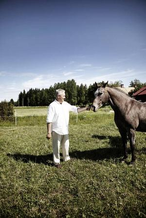 Lantligt. Anders W Jonsson (C) trivs bra på gården i Vinnersjö tillsammans med familjen och hästarna De Niro och Occarina. Han har jobbat som förhandlare på Statsrådsberedningen i fyra år och kandiderar nu till riksdagen.