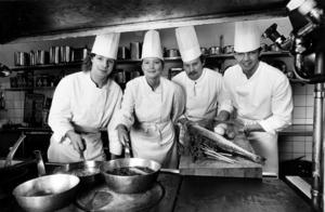 Kändiskocken Malin Söderström är en av många matcelebriteter som utbildats i Sandviken. Här är hon tillsammans med Tomas Lindqvist, Mikael Hillin och läraren Sven-Åke Larsson, och bilden togs 1987.
