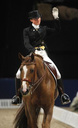 Nu kan snart dressyrstjärnan Minna Telde, uppvuxen i Falun, kasta hatten. Här rider hon på hästen Don Charly på en bild från 2009.