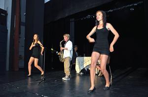 David Hallenberg  går loss på saxofonen. Dansar gör Linda Sundén och Linn Westland Ek.