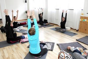 Mammayoga är ett sätt att börja komma i form i lugnt tempo efter förlossningen innan man går vidare till annan träning, berättar Therese Lögdahl, som är lärare på den åtta veckor långa kursen.