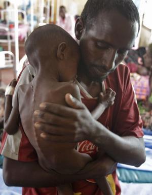 I säkerhet. En somalisk man och hans son kan pusta ut. De har nått ett räddningscenter i Dadaab i Kenya och har fått mat- och vätskeersättning. foto: scanpix