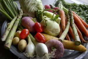 Vi rekommenderas att äta ett halvt kilo frukt och grönt om dagen. Få svenskar når dock upp till den mängden.