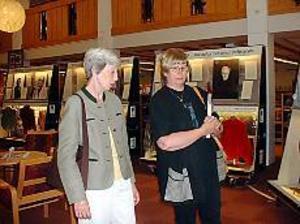 Tjuvstart. Rose Ericsson, ordförande i Gästrike- Hälsinge slöjdförbund, och Inger Jansson från Riksutställningar samtalar kring utställningen Ylle och bläck. Den har urpremiär på folkbiblioteket i Sandviken på måndag men har tjuvstartat och finns redan nu för beskådande i ljushallen.