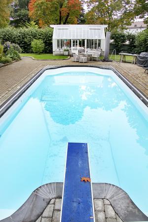 Bakomplanket finns både växthus och pool med trampolin.