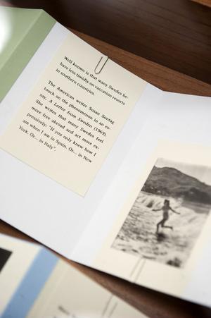 Verket ligger i tittskåp av trä och glas designade av Giò Ponti