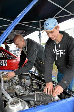är vi redo? Per Hansson och Tobias Isaksson, Laxå MK, gör en sista koll under huven före starten.