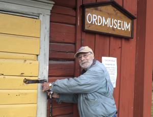 Curt O Wallerud vid Ordmuseet på Vallby friluftsmuseum som han invigde 2015. På museet kan man ta del av