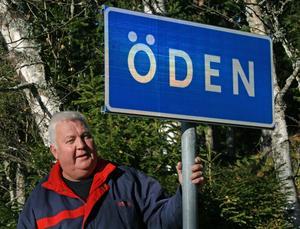 Lars Bergman vid en av de två skyltar som utmärker Öden.