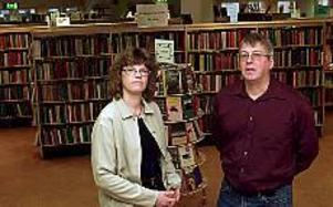 Foto: Tomas Jakobsson Besparingar bekymrar. Lisbeth Forslund och Conny Persson på Stadsbiblioteket.