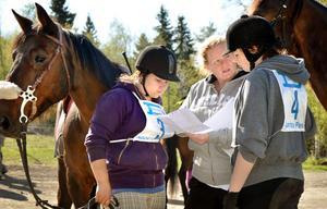Taktiksnack in i det sista. Hillevi Hedman Karlsson lägger upp strategin för Josefine Hed och Caroline Dohse.