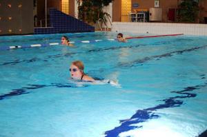 """""""Det är roligt och bra. Man får bättre kondition, blir bättre på att simma och får bättre teknik"""", säger Felicia Österhof som tränar med Härjedalens simklubb."""