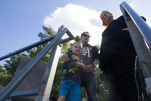 Det är på takterrassen som familjen spenderar mest tid på båten. På bilden syns sonen Jack, Magnus och Johanna.
