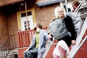 """Viktor, Björn Johnsson, och Nymse, Manda Stenström, söker tröst hos varandra men är inte helt sams om vad deras vänskap betyder. Viktor kallar det """"kärle"""" eftersom Nymse är skygg inför ordet """"kärlek"""".Foto: Mattias Pettersson"""