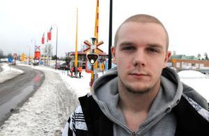 När Linus Broström tidigt på nyårsdagen kom till järnvägsövergången i Vansbro hade bommarna varit nere över en timme, för att hjälpa bland annat en gravid kvinna lyfte han och kompisarna helt sonika upp bommarna.