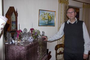 Den öppna spisen är husets stolthet enligt Per-Yngwe Ekblad. Nu får han mycket tid till att peta in pinnar i brasan.