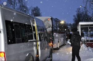 Halvfyra kommer nio bussar på rad. Observera att trottoaren nu är skottad, efter LT:s påpekande.
