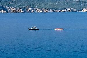 En av många gummibåtar som bogserades in i Samos hamn under Johannas vistelse där.