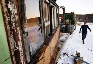 Spårvagnen har stått på Thord Berglunds gård i Tunbyn. Den köptes av hans sambos pappa och har använts som sommarstuga.