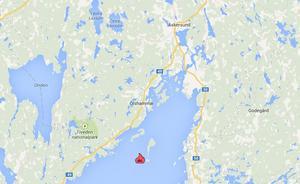 Ön som syns till alldeles höger om eldsflamman är Stora Röknen.