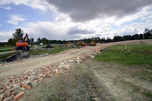 Tegelstenar som grund. Vid Karlsdal och Ladugårdsängen ska en livsmedelshall byggas. BILD: LG MÅNZON