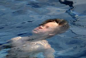 Albin, sex år, övar på att hålla sig flytande i vattnet. Han har fått plats på sommarens simundervisning. Foto:Kjell Jansson