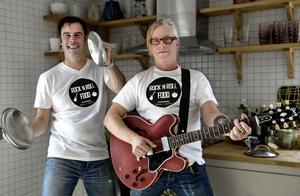 Örjan Larsson och Daniel Lindblom rockar loss i hemkunskapssalen på Granbergsskolan om några veckor. Än så länge övar de i Daniels kök.