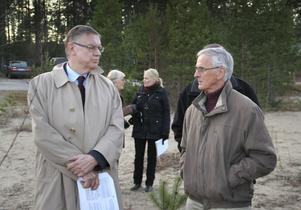 Chefen för Statens va - nämnd, Kurt Spjuth, i samspråk med Bengt Bygdén, fritidsbeonde i Sörfjärden sedan ett halv sekel tillbaka.