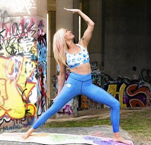 Ett exempel på Jennie Reinholdssons egendesignade yogakläder.