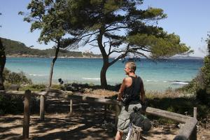 Hyr cykel på Pouqueolles, öarna utanför Hyères. Du kan hitta en egen badvik.