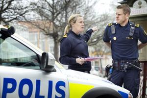 Anna-Karin Gradin och Kristoffer Halvarsson vid polisen hoppas att det blir en trevlig cruising i Hudiksvall på lördag.