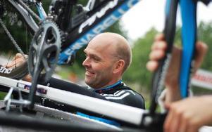 Här spänner journalisten och motionären Håkan Edvardsson, Falun, fast sin cykel på biltaket och startar sin resa mot Frankrike och Tour de France. I år blir han den enda svensk som tar sig igenom
