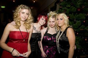 Filippa Hellman, Johanna Lundström, Michelle Edling och Johanna Strömberg tyckte att de hade kvällens unikaste outfits.