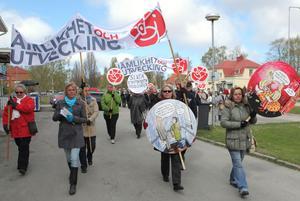 Demonstrationståget på väg mot Skutskärs Folkets hus.