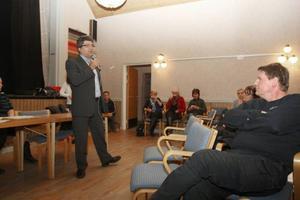 Abbas Khanamadi, rektor för Bäckedals folkhögskola och ordförande för socialdemokraterna i Härjedalen, håller ett brandtal om integration på ett informationsmöte om flyktingmottagande i Lillhärdal häromveckan. 50 asylsökande kommer till orten under våren.